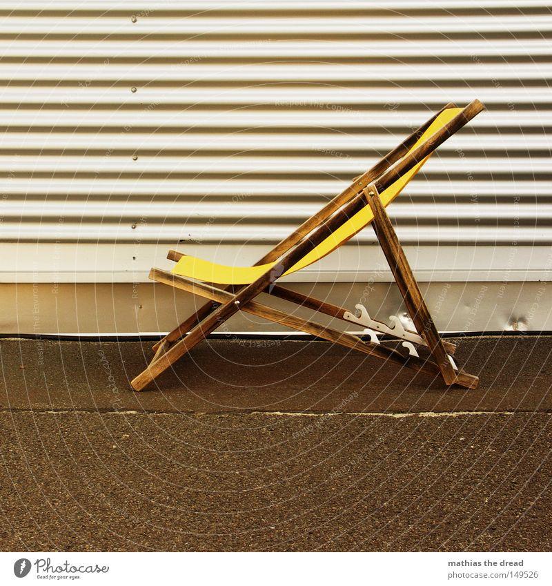 THIS IS KNIFE Erholung Strand Pause liegen Liege Kontrast dunkel hell Freundlichkeit gelb Liegestuhl Einsamkeit vergessen Stadtrand frei Platz