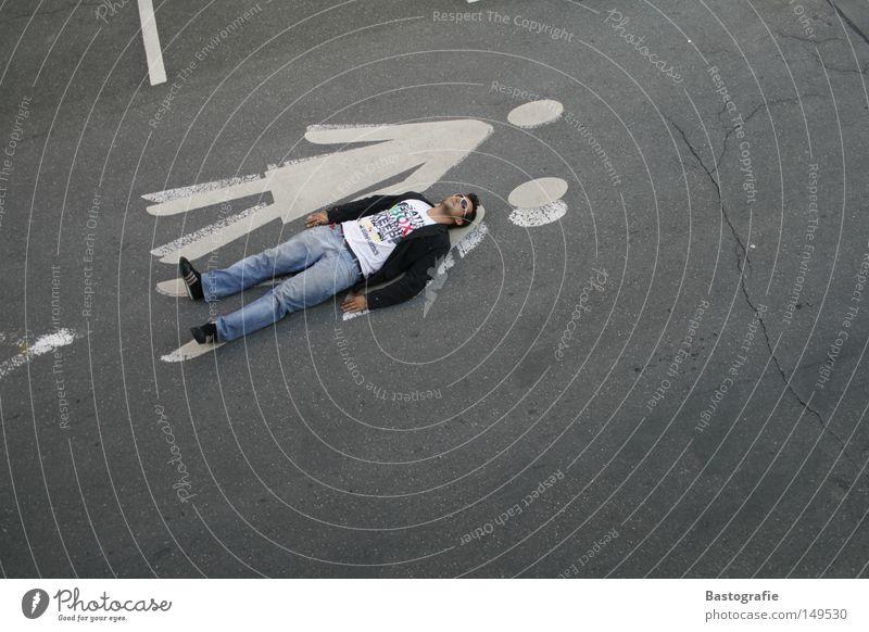 skurriles Eheleben Frau Mensch Mann Freude Erholung Straße Gefühle grau Stil lustig Beton liegen Verkehr Perspektive Pause Bekleidung