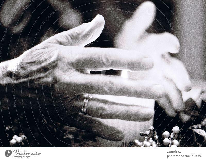 wärme Hand Kerze Licht Wärme behutsam Vorsicht Geborgenheit Weihnachten & Advent Detailaufnahme Senior alte Hände Adventskerze grandma´s hands