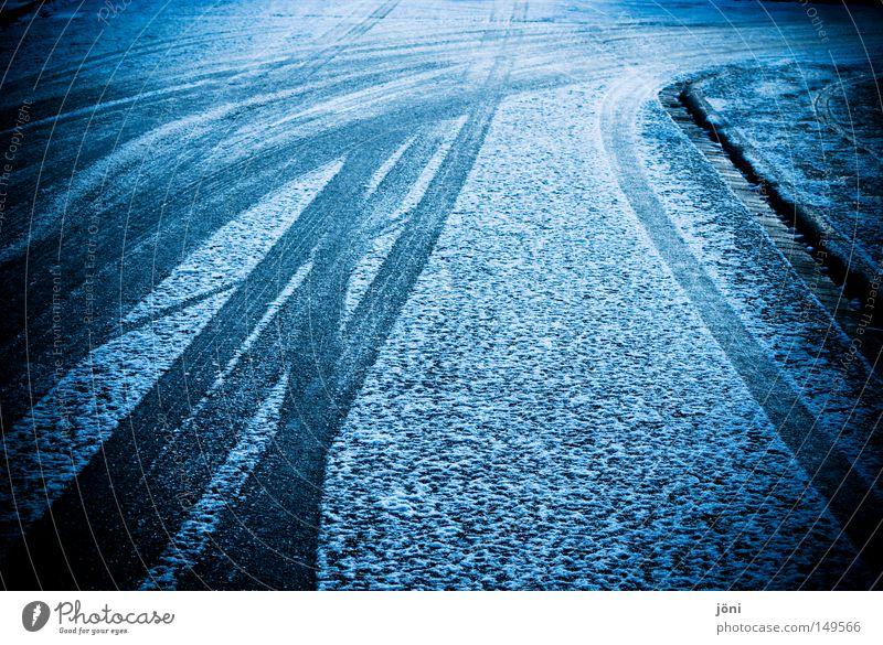 Spurwechsel Spuren Silhouette Pulverschnee Ecke Luft Wind feucht nass hart Straße unentschlossen Zweifel Beton Asphalt gefährlich Rutschgefahr Winter Schnee