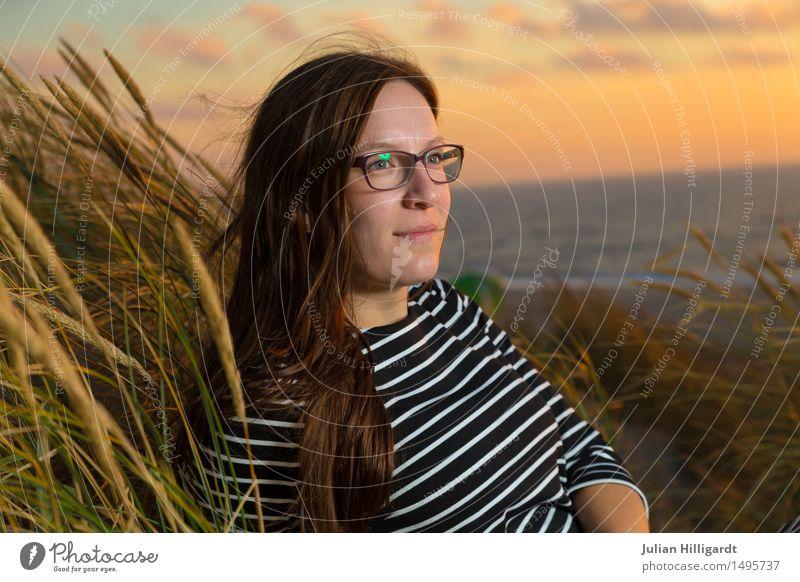 im Wind2 Mensch Ferien & Urlaub & Reisen Jugendliche Sommer Junge Frau schön Meer Strand 18-30 Jahre Erwachsene Gefühle Lifestyle Gras feminin Stil
