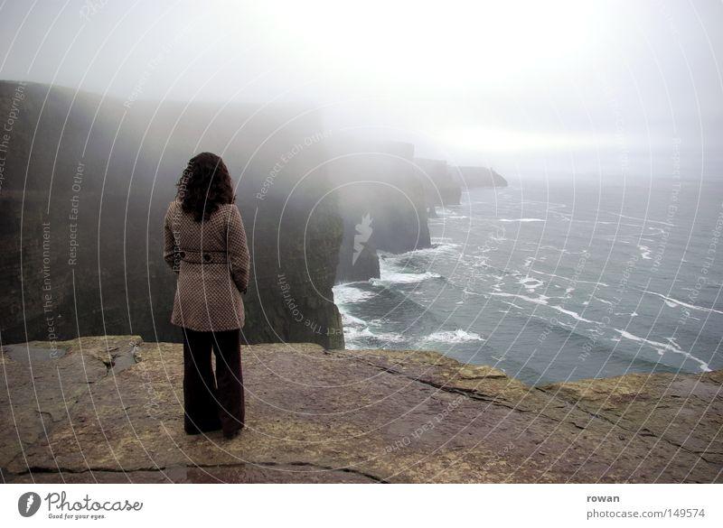 Küstenwache Meer Strand ruhig Wolken Ferne dunkel Traurigkeit Denken Küste Nebel Felsen hoch Fernweh mystisch Klippe steil