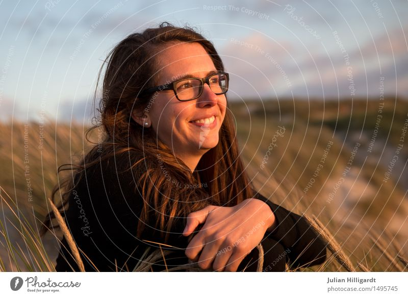 ein Lachen Mensch Ferien & Urlaub & Reisen Jugendliche Sommer Junge Frau schön Meer Strand 18-30 Jahre Erwachsene Gefühle Lifestyle Gras feminin Stil