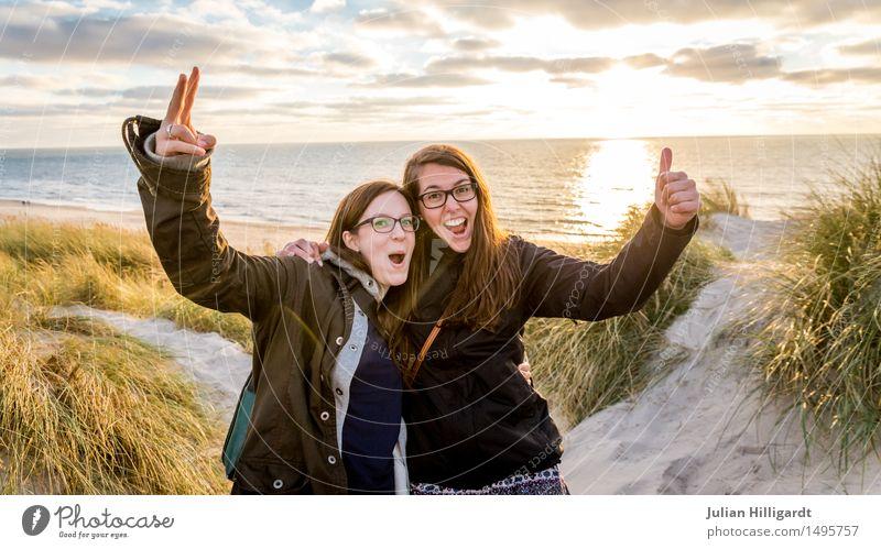 peace Lifestyle elegant Ferien & Urlaub & Reisen Sommer Strand Meer Mensch feminin Junge Frau Jugendliche 2 18-30 Jahre Erwachsene Gras Sträucher beobachten