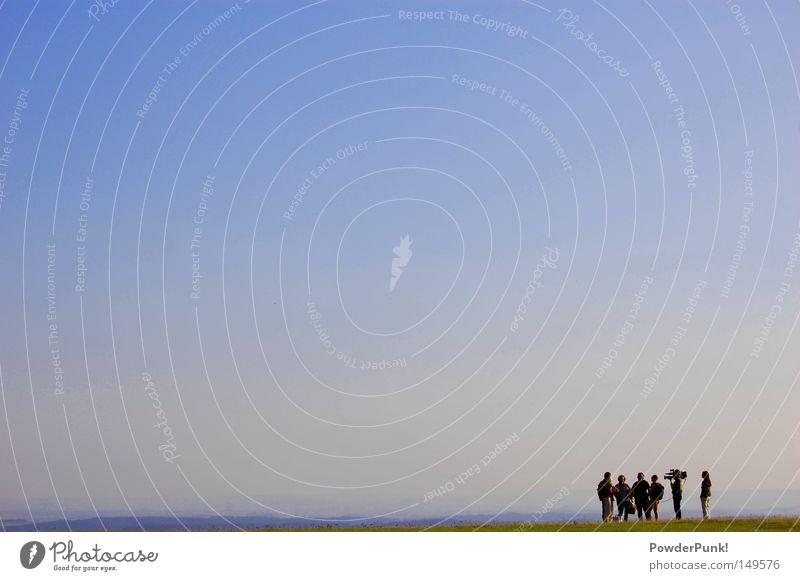 bin ich jetzt im fernsehn? Mensch Natur Himmel blau Sommer Berge u. Gebirge Fernsehen Medien Schönes Wetter Interview Nudist Moderator