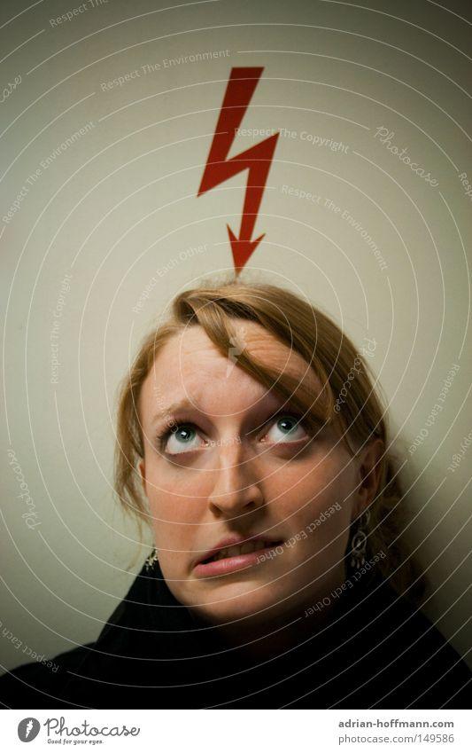 Geistesblitz Blitze rot Frau Grimasse Auge Haare & Frisuren blond Gedanke Denken abrupt Elektrizität gefährlich Freude flash thunder red