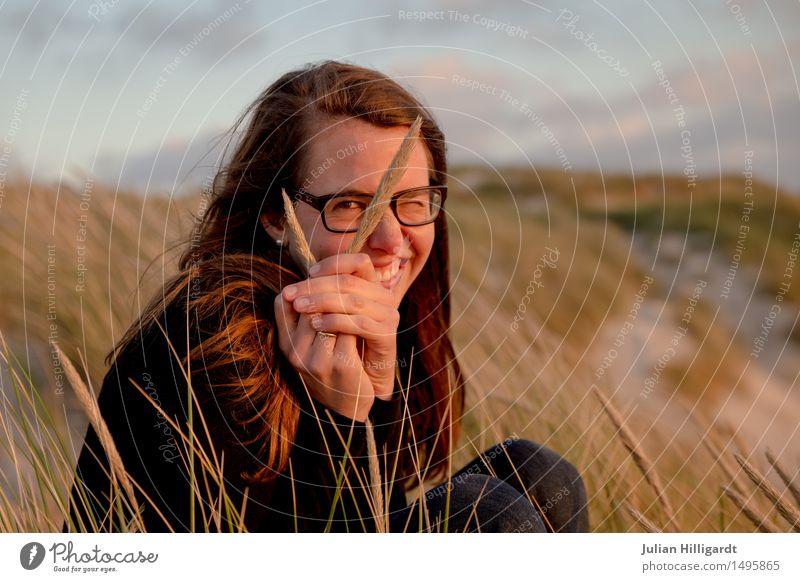 durchgelugt Mensch Ferien & Urlaub & Reisen Jugendliche Sommer Junge Frau schön Meer Strand 18-30 Jahre Erwachsene Gefühle Lifestyle Gras feminin Stil