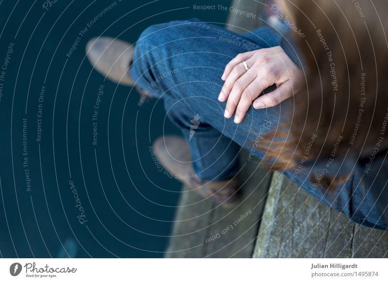 warten Mensch feminin Junge Frau Jugendliche Hand 1 18-30 Jahre Erwachsene Abenteuer Fluss geduldig Ehe ungewiss Zukunft Ring sitzen Farbfoto Außenaufnahme