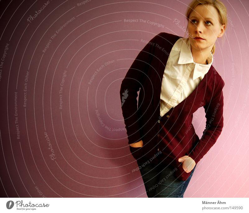 Beerig. Hemd Bluse Jacke Strickjacke Knöpfe Tasche Hand Wand Hose Frau stehen Bekleidung Gesicht Mode