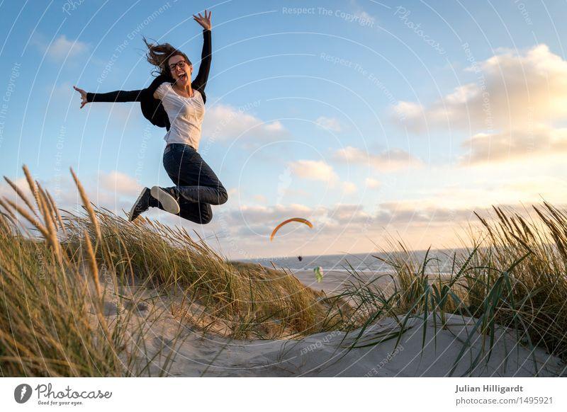 flieg Mensch Ferien & Urlaub & Reisen Jugendliche Sommer Junge Frau schön Meer Strand 18-30 Jahre Erwachsene Gefühle Lifestyle Gras feminin Stil