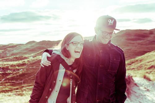 lach Lifestyle Ferien & Urlaub & Reisen Sommer Berge u. Gebirge Mensch maskulin feminin Junge Frau Jugendliche Junger Mann Paar 2 18-30 Jahre Erwachsene Gras