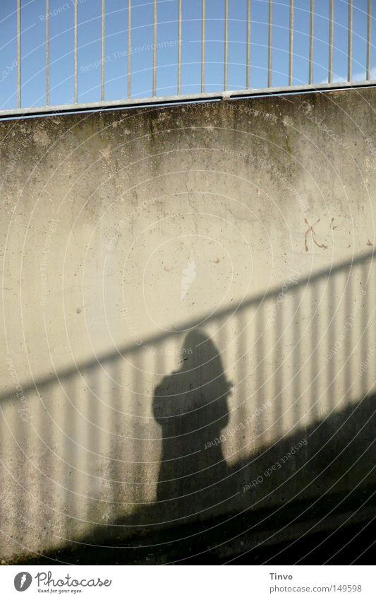Shadow on the wall Mensch Frau Himmel Einsamkeit Ferne Wand Mauer Freiheit Linie oben Beton Vergänglichkeit Neigung Geländer Zaun unten
