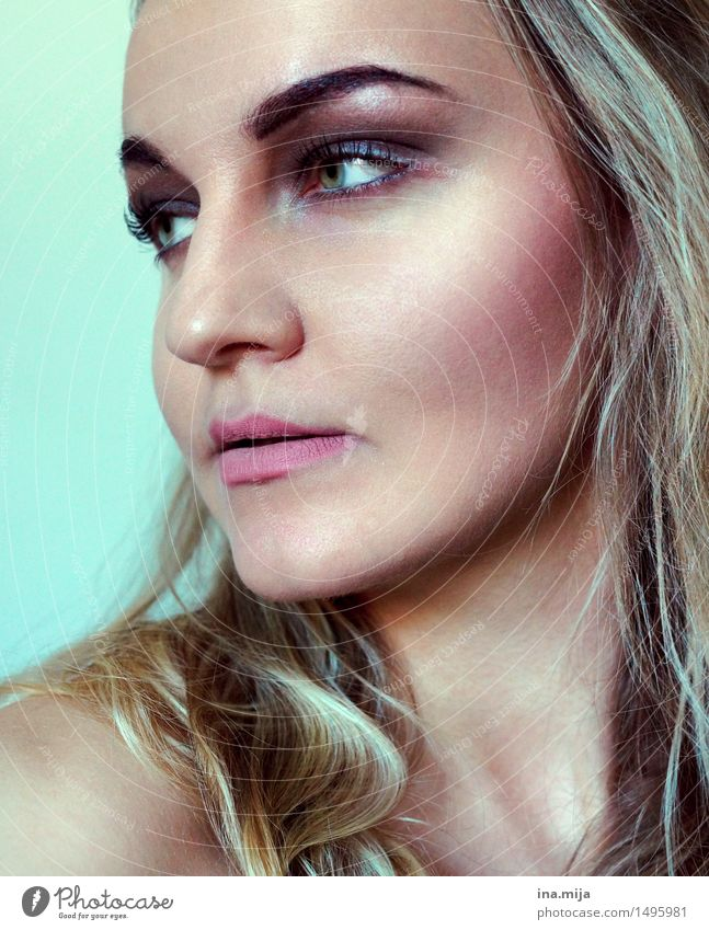 Halbprofil einer geschminkten blonden Frau Lifestyle Reichtum elegant Stil schön Körperpflege Haut Gesicht Kosmetik Creme Schminke Wimperntusche Rouge
