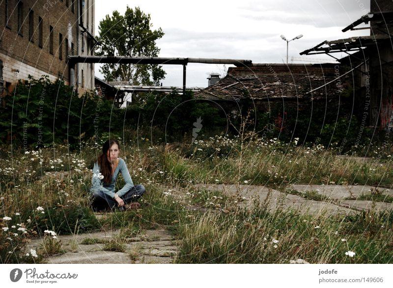 i'm here. Frau Mensch Pflanze Einsamkeit Herbst feminin Gras grau Gebäude Beton sitzen Trauer trist Boden Bodenbelag