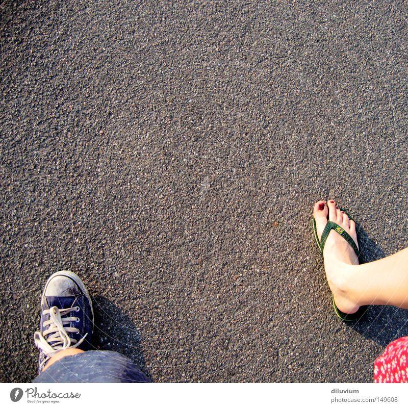 taking a walk Schuhe Zehen Sommer Straße Asphalt Chucks Flipflops Jugendliche Fuß Barfuß
