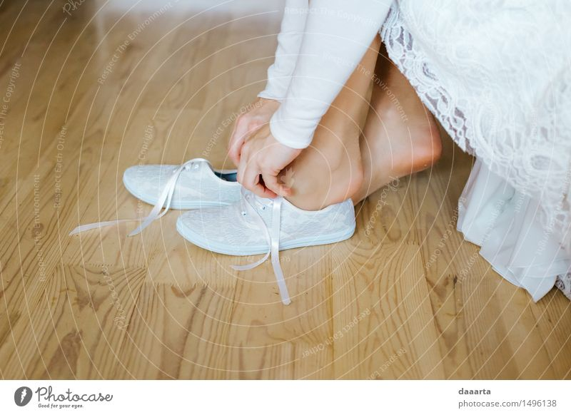 Braut Turnschuhe Jugendliche Junge Frau Hand Freude Wärme feminin Stil Lifestyle Beine Freiheit Stimmung Fuß Wohnung Raum Freizeit & Hobby elegant