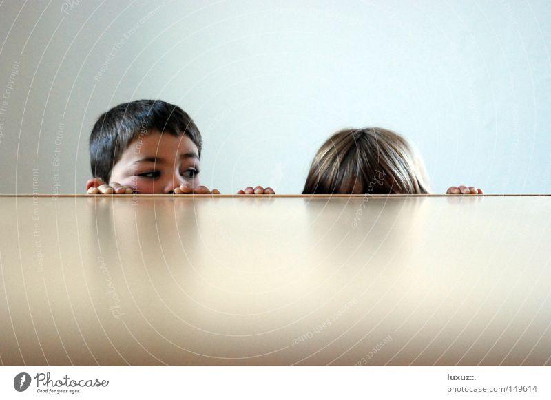 Neugier Kind klein warten Armut Perspektive Tisch Teller Neugier Bildung Gastronomie Mensch verstecken Kindergarten Haushalt Verschiedenheit Begeisterung