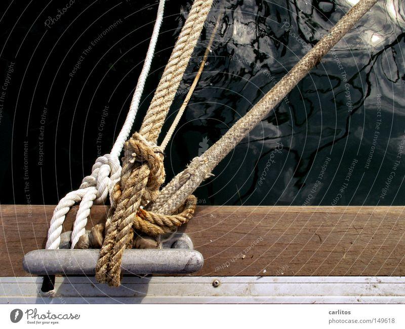 Leinen los Meer dunkel schwarz Reflexion & Spiegelung Anlegestelle Mole Schifffahrt Seil fest Kraft Gewicht belegen Wasserfahrzeug Poller Sicherheit Vertrauen