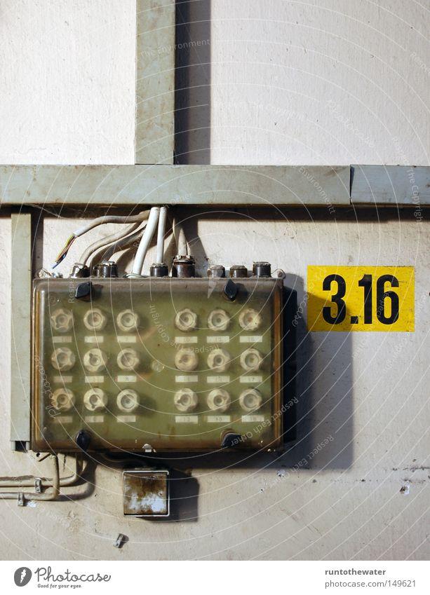 Am Drücker Elektrizität verfaulen verfallen Vergangenheit Kasten führen Ruine Leitung vergessen altmodisch Installationen unsicher Sicherung Abrissgebäude Stromausfall