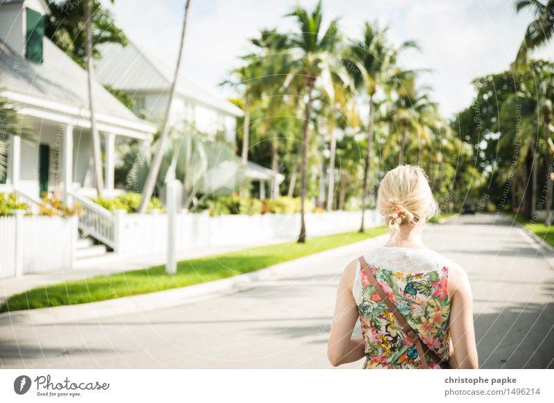 USA, Florida, Key West, Frau / Touristin in Kleid auf Gehweg woman blondes Haar Außenaufnahme Urlaub Urlaubsstimmung Palmen karibisch tropisch Wege & Pfade