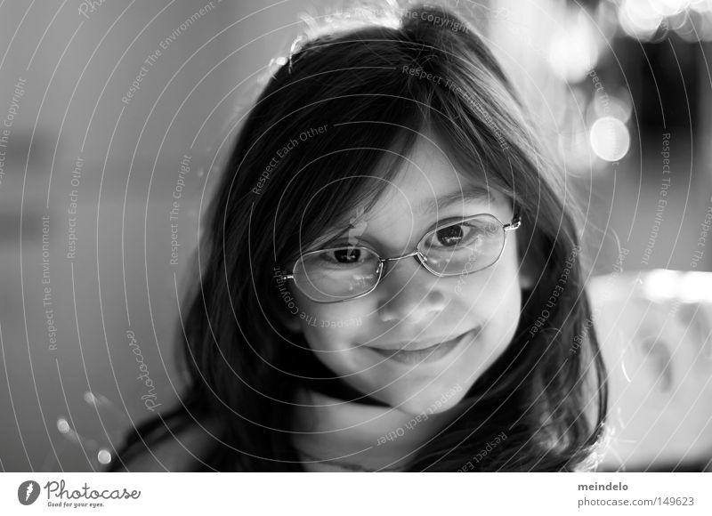 erwachsene kinder? Frau Kind schwarz lachen Brille
