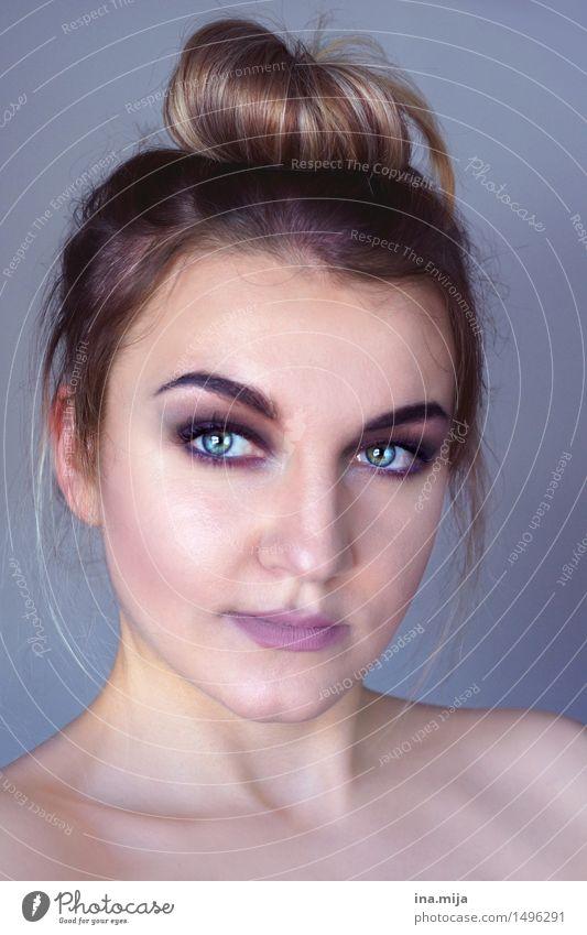 _ Stil schön Gesicht Kosmetik feminin Junge Frau Jugendliche Erwachsene Leben 1 Mensch 18-30 Jahre 30-45 Jahre Haare & Frisuren brünett langhaarig Dutt