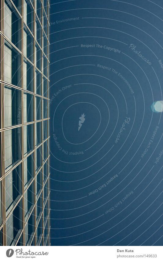 Stabile Seitenlage Himmel Fenster Gebäude Linie Architektur hoch modern neu Klarheit aufwärts Geometrie links graphisch Symmetrie vertikal