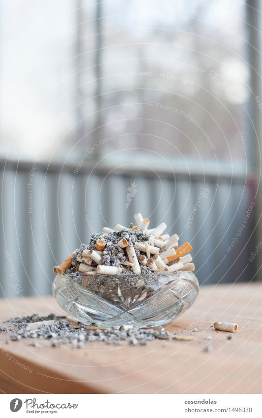 Installation Krankheit Rauchen Aschenbecher Zigarette Zigarettenasche Tisch Farbfoto Gedeckte Farben Textfreiraum oben Zentralperspektive
