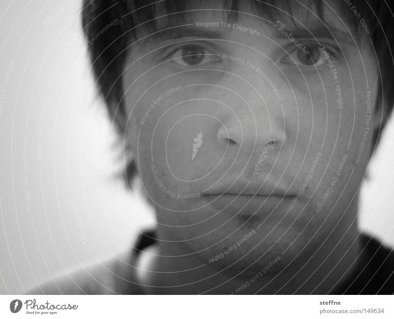 versus Porträt Selbstportrait Mann Gesicht schwarz weiß unschuldig Trauer süß schön verträumt Romantik hypnotisch Verzweiflung Schwarzweißfoto self steffne
