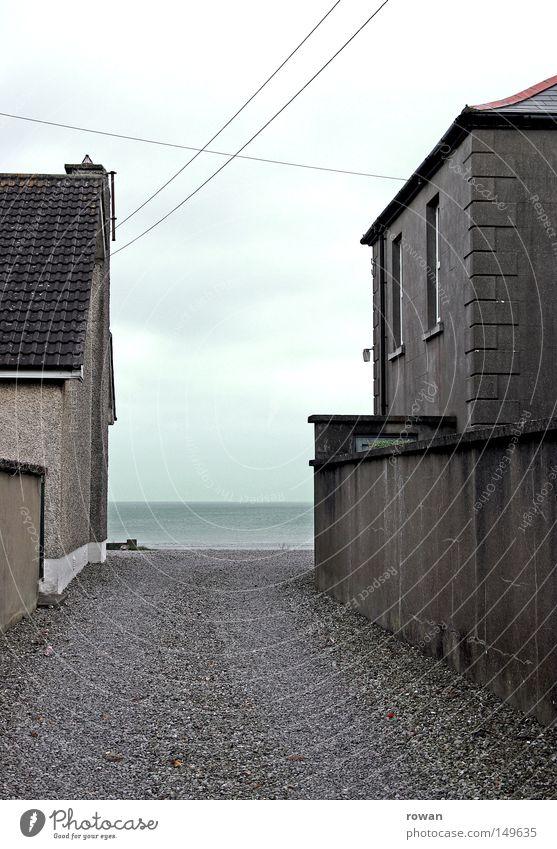 strandzufahrt Gasse Straße Meer Strand Nachbar Wege & Pfade dunkel alt Trauer leer kalt Zufahrtsstraße Vergänglichkeit Verkehrswege häuserschlucht Traurigkeit