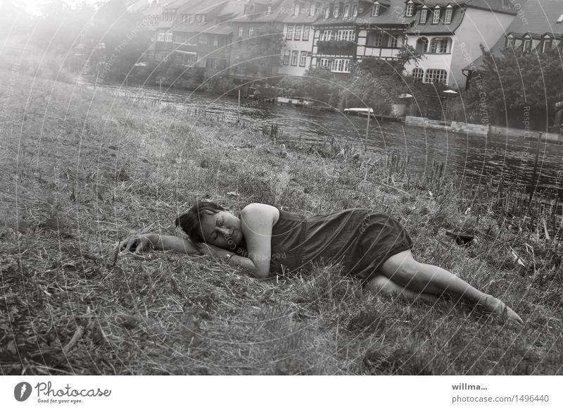 auszeit - frau schläft im gras am ufer eines flusses feminin Frau Erwachsene Sommer Wiese Flussufer Regnitz Bamberg Kleid Erholung liegen schlafen ruhen