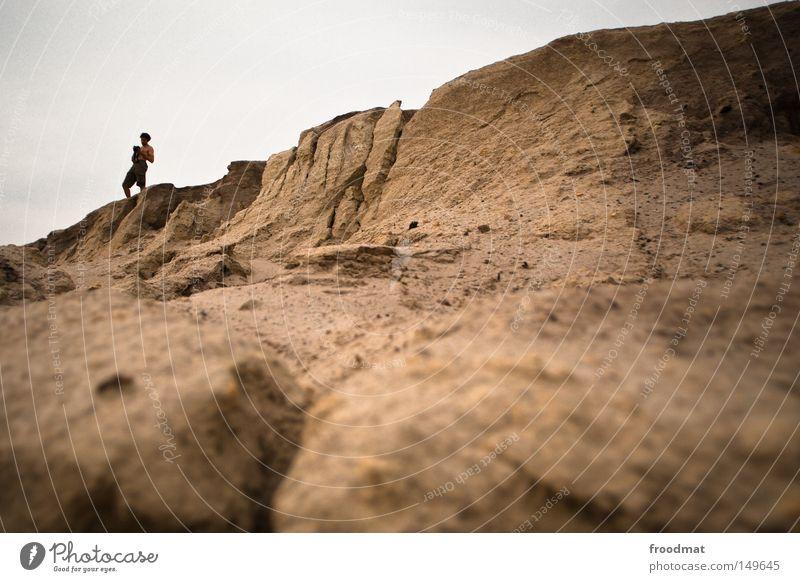 sandwurm Frau Mann Hand Himmel Sommer Freude Berge u. Gebirge lachen grau Sand dreckig lustig Arme Deutschland groß