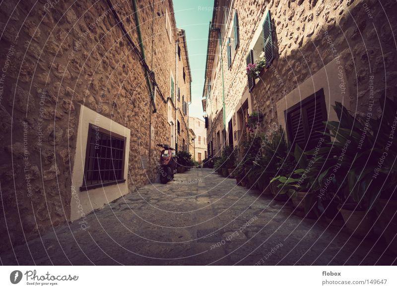 Wärme Gasse eng Schlucht Stein Romantik verschlafen Mallorca Spanien Stadt Kleinstadt Ferien & Urlaub & Reisen Dorf Sommer Himmel Haus heiß Siesta ruhig