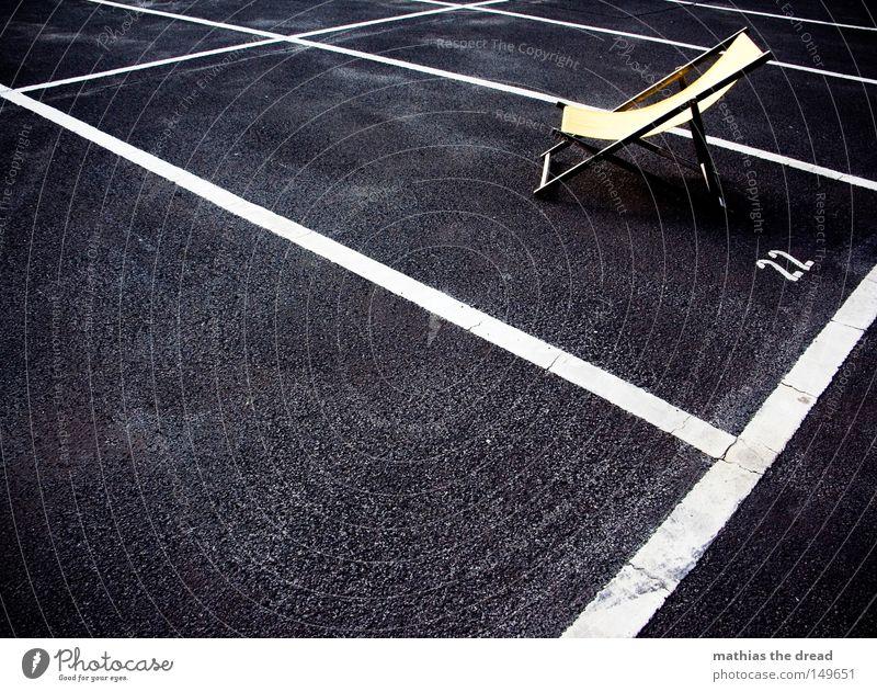 22 Erholung Strand Pause liegen Liege Stadt Kontrast dunkel hell Freundlichkeit gelb Liegestuhl Einsamkeit vergessen Stadtrand frei Platz Strukturen & Formen