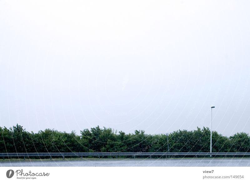 oben Regen Wetter Unwetter Gewitter Wassertropfen Tropfen Himmel Wolken bedecken nass Donnern Hecke Horizont Lampe Straße Platz Straßenbeleuchtung leer frei