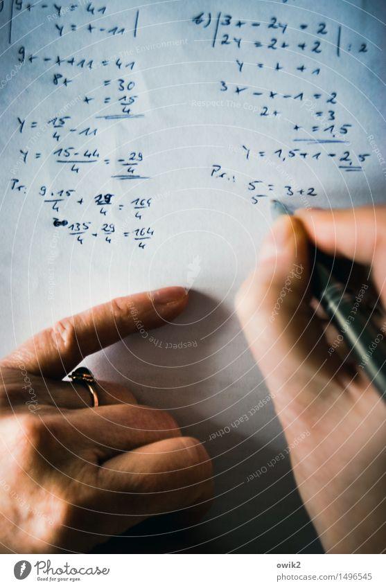 Rechnungswesen Bildung lernen Lehrer rechnen Mathematik mathematische Übung üben Beruf Arbeitsplatz Büro feminin Hand Finger Zeichen Ziffern & Zahlen einfach