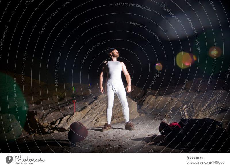 Piratös Jugendliche Freude dunkel kalt Sand lustig maskulin frei verrückt Coolness Hut dumm Surrealismus Humor Stolz