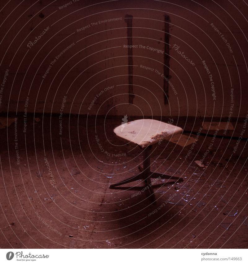 Bitte setzen. alt rot Einsamkeit Farbe Wand Gefühle Gebäude Raum Hintergrundbild leer Kommunizieren Stuhl kaputt Spuren Vergänglichkeit Wut