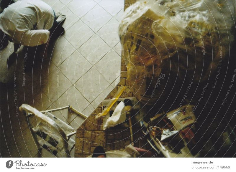 Chaos von oben Küche aufräumen Leiter streichen fließen Vogelperspektive Reinigen Müll Gelber Sack