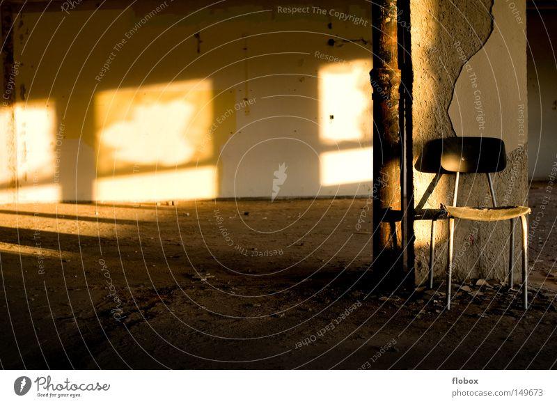 Einfachheit III Sitzgelegenheit retro Einsamkeit Licht Sonnenlicht Beleuchtung Abendsonne Wärme Sommer Herbst Sonnenuntergang Dämmerung Fabrik Lagerhalle