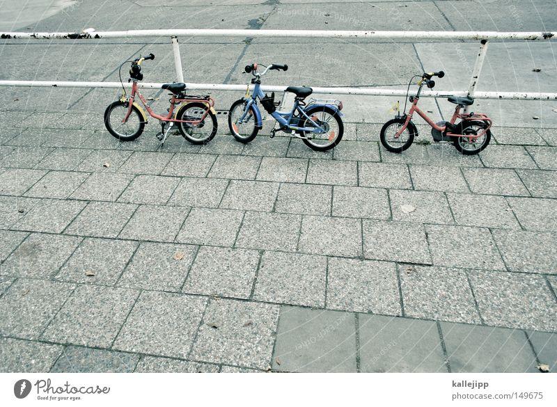 die wilden kerle Einsamkeit Wiese Straße Graffiti Wand Spielen Gras Wege & Pfade Tür Fahrrad Kindheit Treppe 3 Ecke Pause einzeln