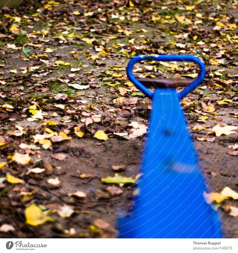 blaue Wippe grün blau Freude Blatt gelb Herbst Spielen Spielzeug Kindheit Schaukel Spielplatz Wippe