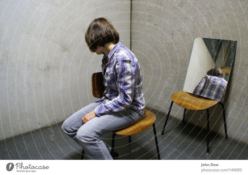 Proben---raum Frau Einsamkeit Erwachsene Traurigkeit grau sitzen Rücken verrückt Trauer Stuhl Jeanshose Hemd Spiegel brünett Doppelbelichtung