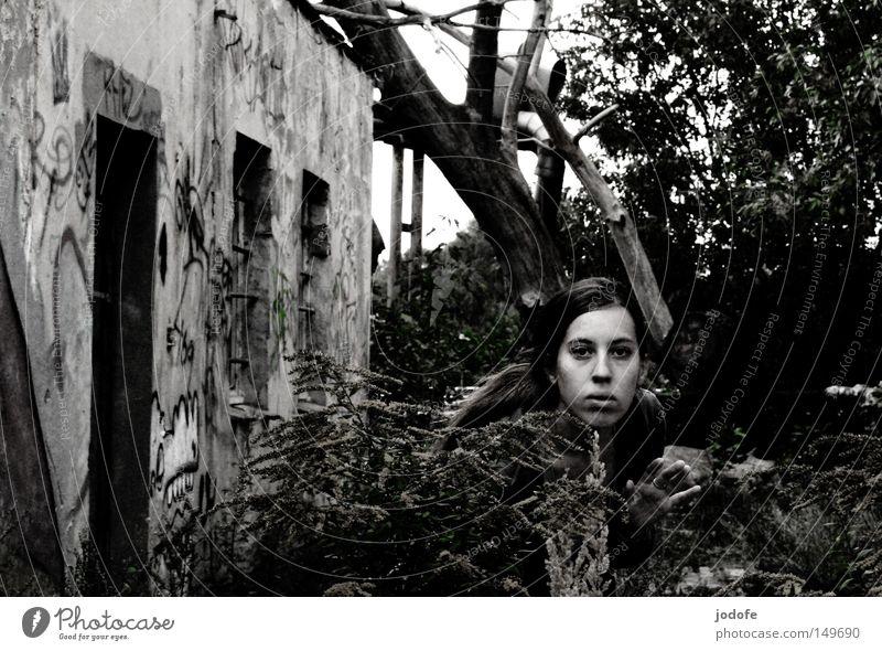 fear. Mensch Frau Gesicht feminin Gebäude Wand Haus Graffiti Tür schäbig schädlich Einsamkeit Pflanze Blume Sträucher Baum Schwarzweißfoto Angst Hand Oberkörper