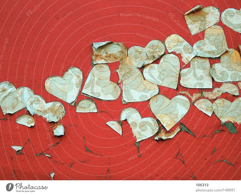 WENIGER = MEHR - HERZ FUER ALLE Herz Wand rot kleben Strukturen & Formen herzförmig alt trashig fallen Straßenkunst Bildausschnitt abblättern Blatt Farbe