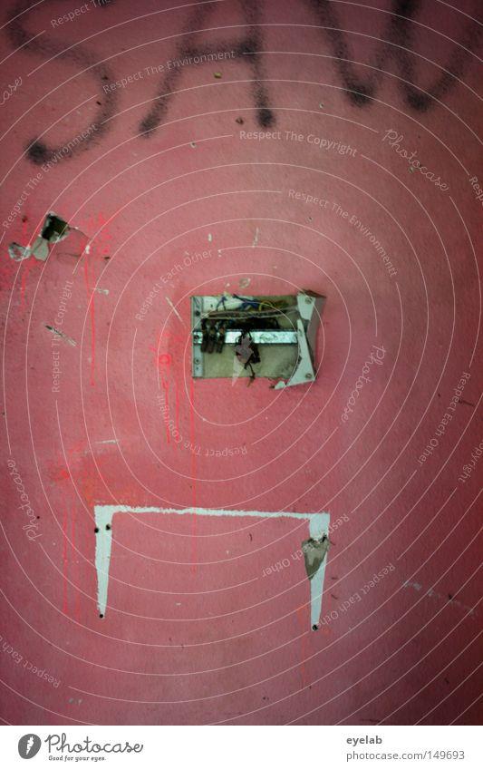 SAW Schriftzeichen Text Information Wort Buchstaben Schmiererei Wand Loch Müll Zerstörung kaputt Wohnung leer Leerstand verfallen dreckig alt zerstören schäbig