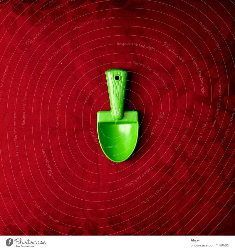 Sand zwischen den Zähnen Löffel Schaufel Sandspielzeug Werkzeug grün rot Blatt Muster Holz Kunststoff Handwerk Loch