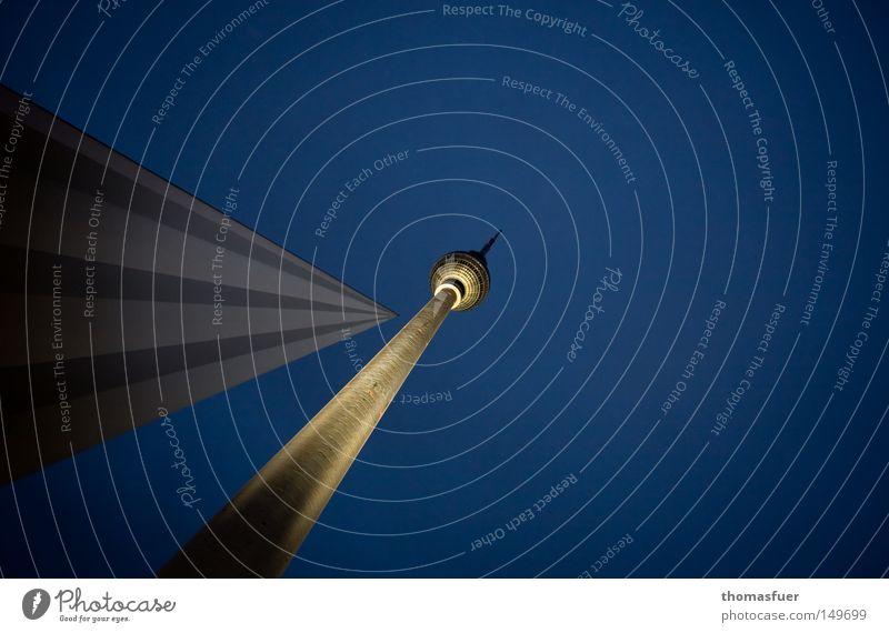 21.35 Uhr Himmel blau Leben Berlin Beleuchtung hoch Denkmal Wahrzeichen erleuchten Scheinwerfer Berliner Fernsehturm Fernsehturm Orientierung Treffpunkt Größenwahn