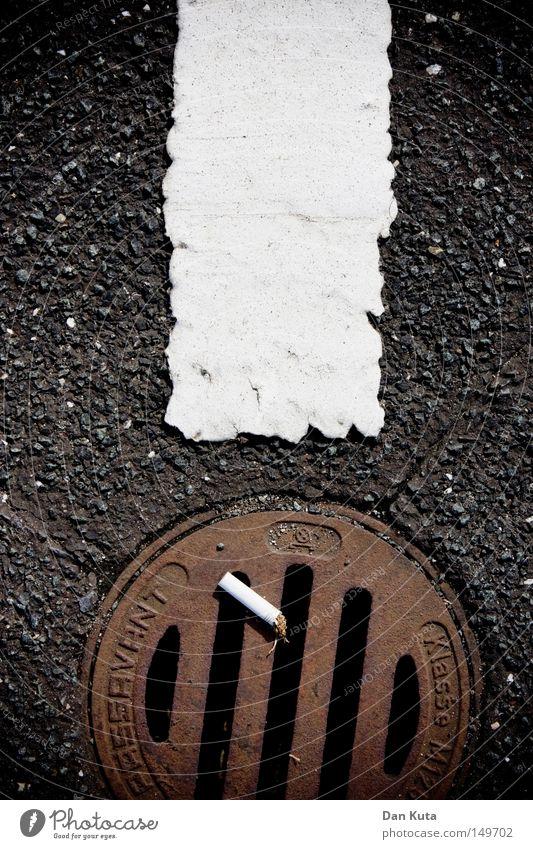 ! Straße Wege & Pfade Metall Fuß Linie dreckig Schriftzeichen kaputt Bodenbelag Streifen Buchstaben Suche Kommunizieren Rauchen Symbole & Metaphern