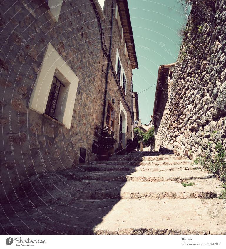 Es kippt Gasse eng Schlucht Stein Romantik verschlafen Wärme Mallorca Spanien Stadt Kleinstadt Ferien & Urlaub & Reisen Dorf Sommer Himmel Haus heiß Siesta